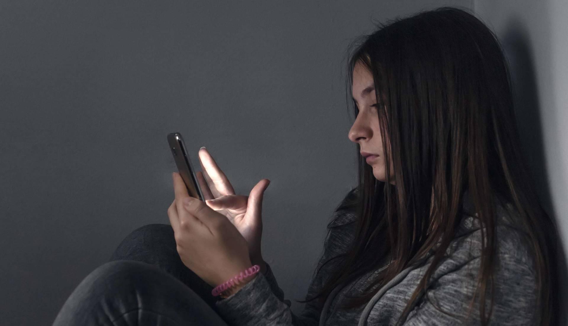 En jente utsatt for digital vold og nettovergrep.