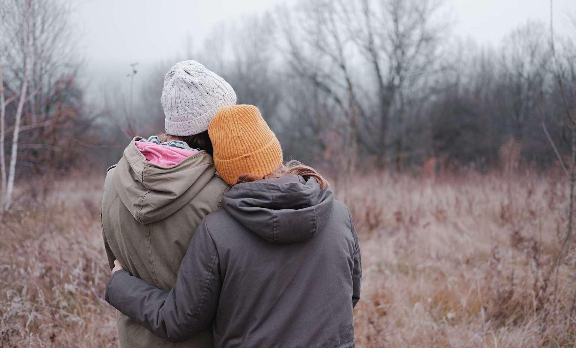 To kvinner som klemmer hverandre. En venn kan være god å ha når man blir utsatt for vold i nære relasjoner, seksuelle overgrep eller voldtekt.