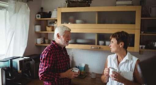 Eldre par diskuterer vern for eldre, for de som er utsatt for vold, voldtekt eller andre seksuelle overgrep