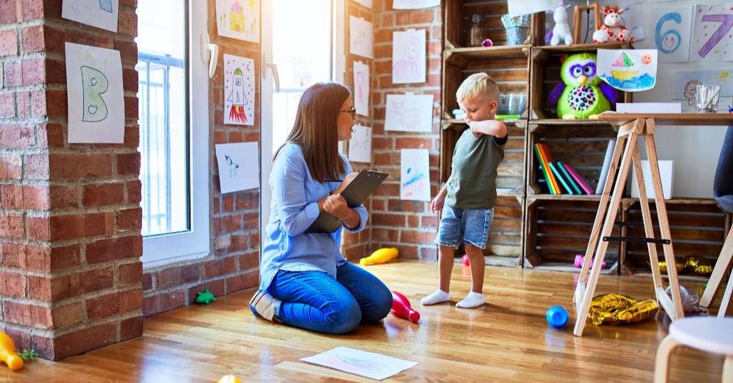 Kvinne sammen med ung gutt på et kontor