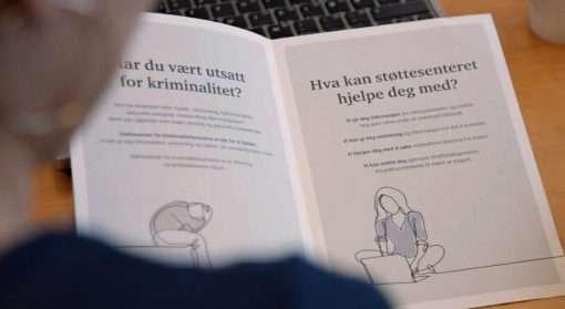 Brosjyre med tekst og illustrasjoner som viser hva støttesenter for kriminalitetsutsatte kan gjøre for de som er utsatt for vold i nære relasjoner