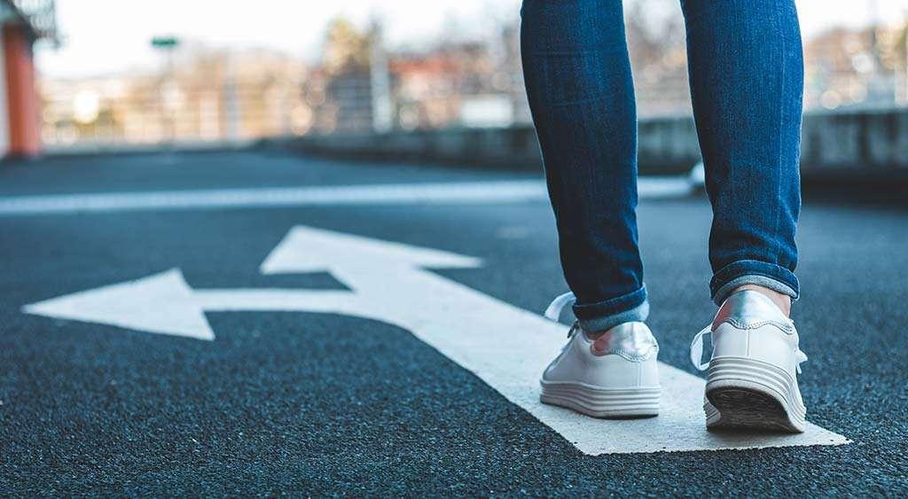 Jente står ved et veiskille. Det kan være vanskelig å velge om man vil anmelde voldtekt.